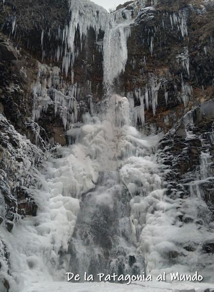 Cascada escondida congelada